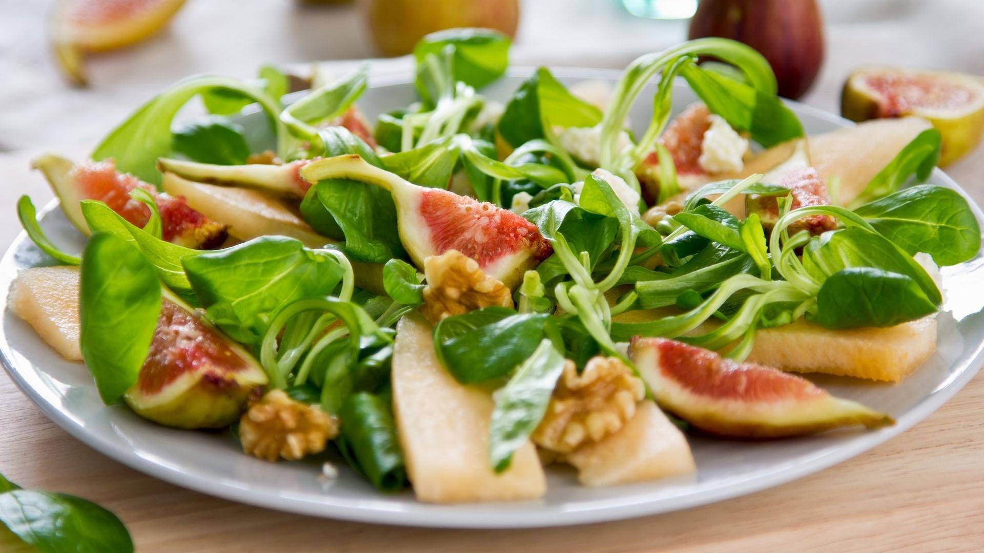 Feldsalat mit Feigen, Honigmelone und Wallnüssen