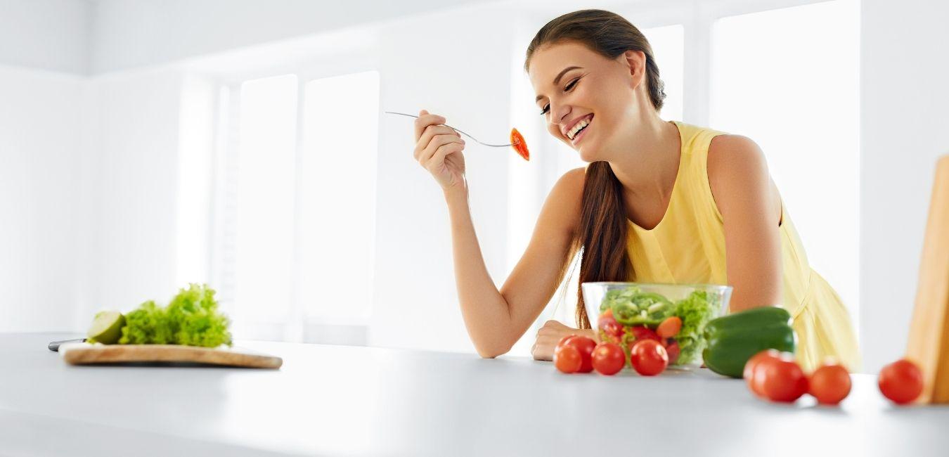 Frau isst einen gesunden Salat