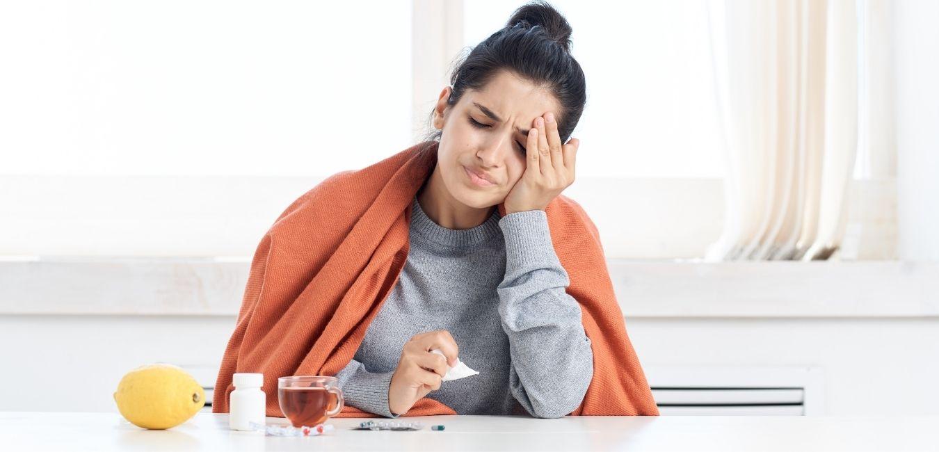 Frau mit grippalen Symptomen